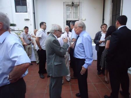 El profesor Ferrer Benimeli y el ex ministro principal de la Roca, Jose Bossano, conversan tras la conferencia.