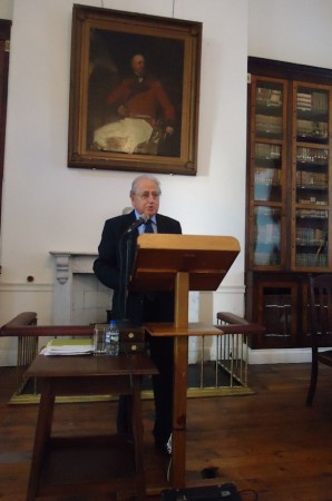 José Antonio Ferrer Benimeli, en la Garrison Library de Gibraltar.
