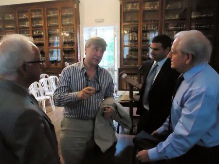 El ministro de Cultura de Gibraltar, departiendo con Ferrer, Delgado y Sheriff.