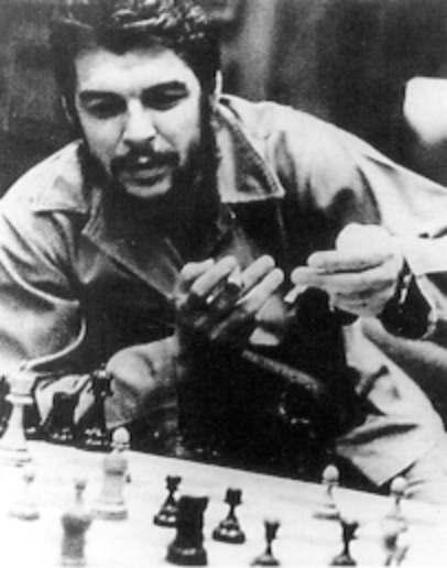 Che Guevara, en una partida de ajedrez.