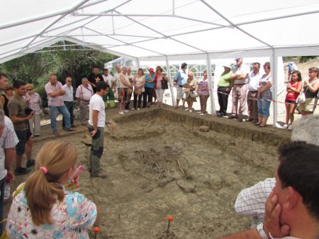 El arqueólogo Jesús Román Román explica los pormenores de la excavación de una fosa común a familiares de fusilados en el Marrufo.
