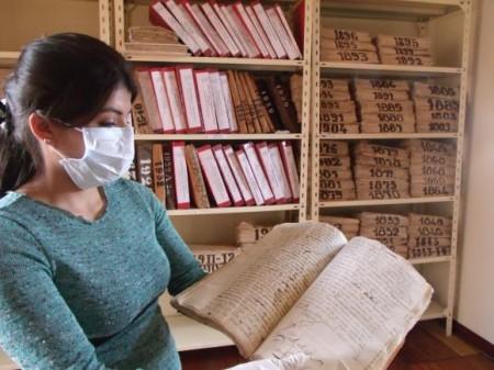 Yubitza Adrianzen Neyra indica el libro de las reales cédulas del año 1780. Foto: Janeth Quituizaca/Andes.