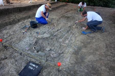 Excavación de fosa común en el Marrufo, en 2012, dirigida por Jesús Román Román (Foto: Adrià Riudavets Ramos).