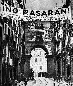 Pancarta de 'No pasarán', en el centro de Madrid en 1936.