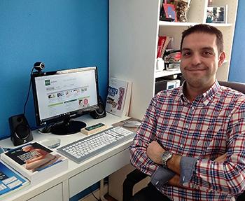 Ignacio Javier Asín Alonso en su rincón de estudio (Foto: UNED).