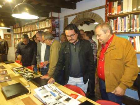 El alcalde de Medina Sidonia, Fernando Macías, y el vicepresidente del Foro por la Memoria del Campo de Gibraltar, Andrés del Río.
