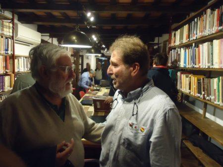 El historiador José Luis Gutiérrez Molina y el presidente de la Asociación de Familiares de Represaliados por el Franquismo de la Sauceda y el Marrufo, Andrés Rebolledo, en la biblioteca.