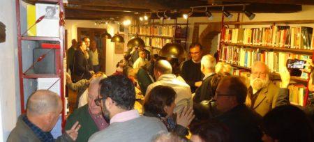 Público en la biblioteca de la Casa de la Memoria, entre el que se encuentra el alcalde de Jimena, Pascual Collado.