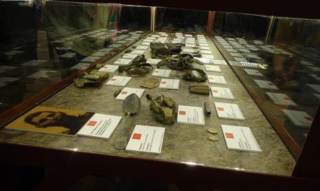 Expositor con elementos personales de las víctimas exhumadas en el Marrufo.