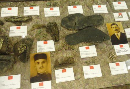 Expositor con elementos personales de las víctimas del Marrufo.