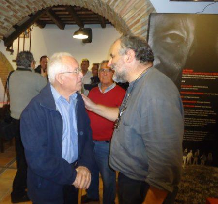 Juan González, hermano e hijo de víctimas del Marrufo, con Juan León Moriche, secretario del Foro por la Memoria del Campo de Gibraltar.