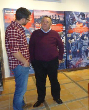 El arqueologo Jesús Román, director de las exhumaciones del Marrufo, con Benito Trujillano, investigador de la memoria histórica de Casares.