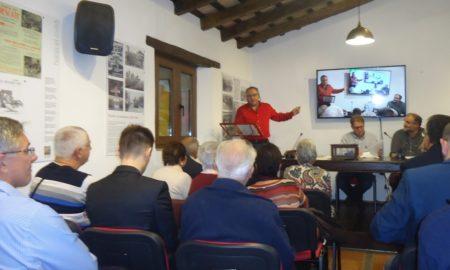 Andrés del Río, vicepresidente del Foro por la Memoria del Campo de Gibraltar, durante su discurso.