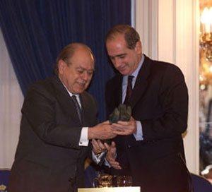 Pujol entrega a Fernández Díaz un premio en 1999.