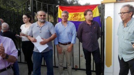 El alcalde de Castellar, Juan Casanova, entre el director del documental, Juan León Moriche, y el presidente del Foro por la Memoria, Andrés Reboledo.