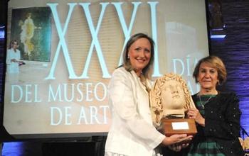 Pilar Fernández recibe el premio de manos de Trinidad Nogales (Foto: UNED).