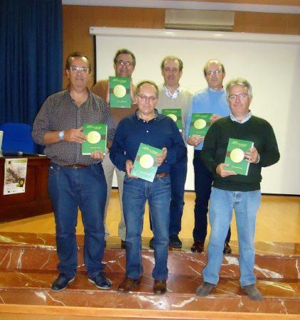 Miembros de la Sociedad Gaditana de Historia Natural, con el libro presentado.
