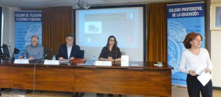 Aurora Campuzano, directora de Comunicación del Colegio, presenta a los participantes en el acto.