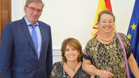 La ministra de Justicia, Dolores Delgado, entre el director general de Memoria Histórica y Cristina Calandre.