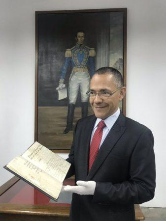 El ministro de Cultura de Venezuela, Ernesto Villegas, con el documento.