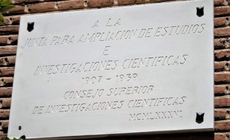 Placa dedicada a la JAE.