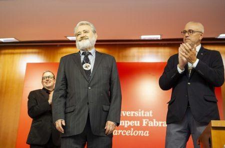 Gonzalo Pontón recibe la distinción de la Universitat Pompeu Fabra.