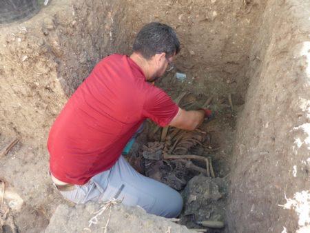 El arqueólogo Jesús Román, en un sondeo en una fosa común en Jimena de la Frontera (Cádiz).