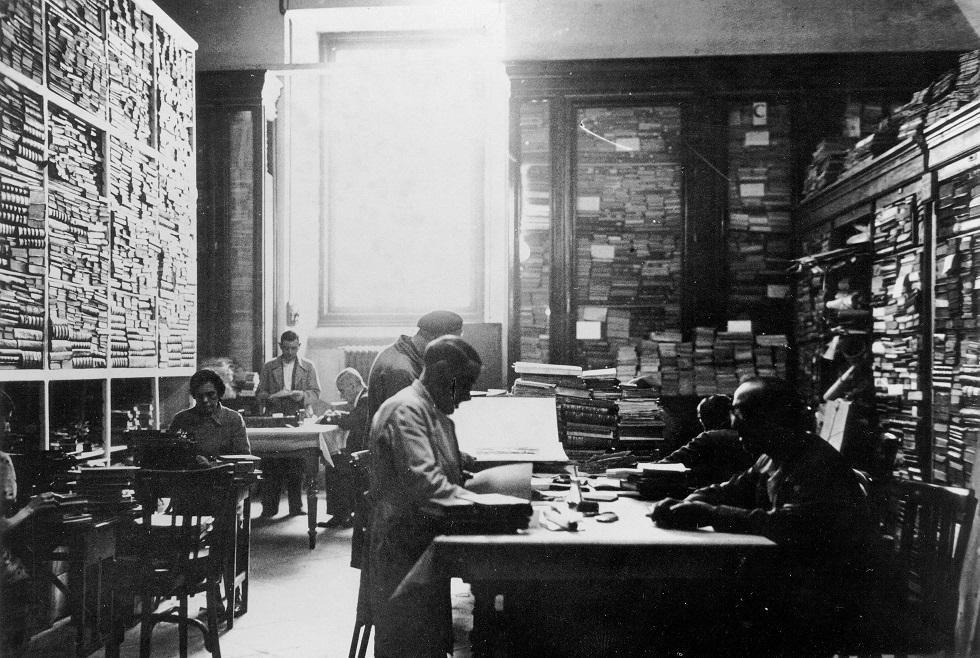 Archivo de la Junta del Tesoro Artístico. Tareas de la sección de Bibliotecas de la Junta. Colocación de etiquetas, copia de papeletas e intercalación en el fichero) 22 de julio de 1937.